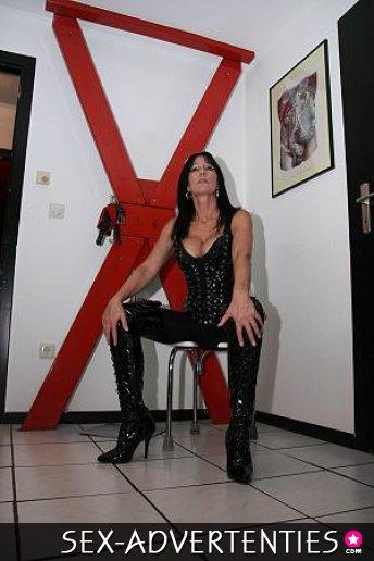 spuitende shemale mrs zoekt slaaf