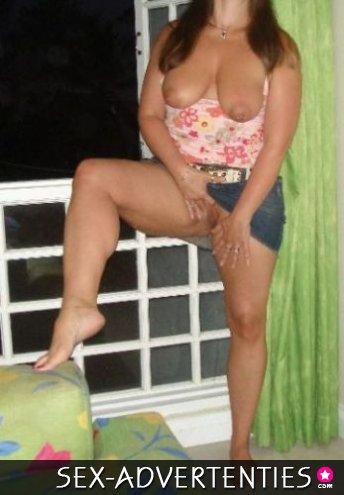 Huisvrouw ontvangt dikke penissen